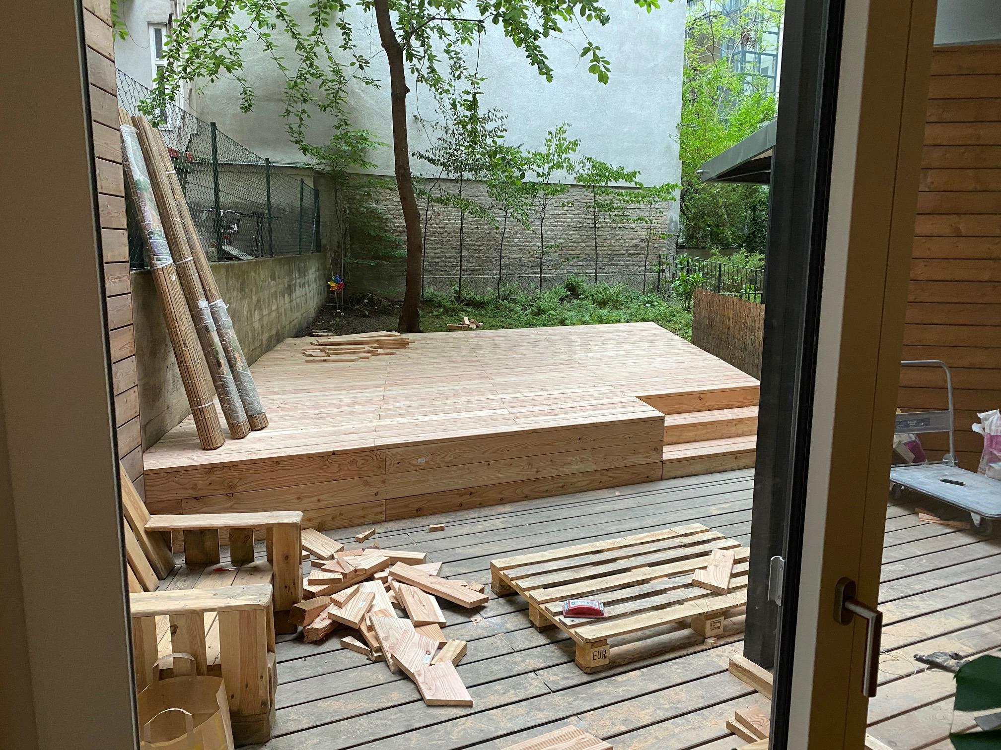 Blick vom Yogastudio in den Garten, es wird gebaut, die Yoga Plattform wird erweitert