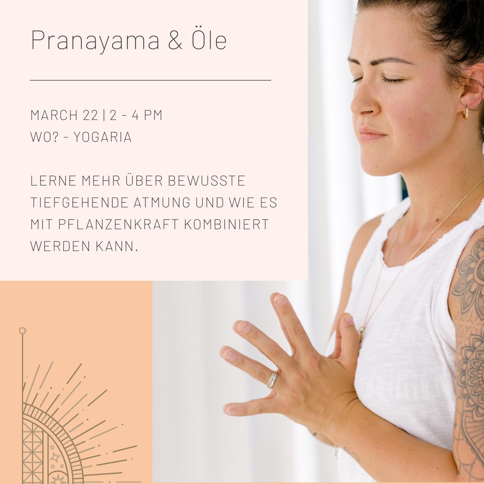 Tatjana rechts im Bild von der Seite mit den Händen in Namaskar, der Gebetshaltung, geschlossene Augen, meditativ, links oben eine Infobox mit den Details zum Workshop