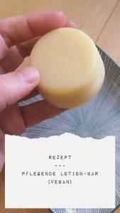eine kleine gelblich farbene Kugel wird in einer Hand gehalten, darunter der Text Rezept