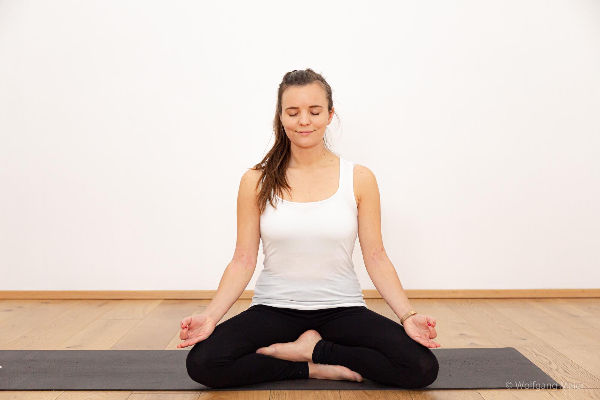 Barbara im Yogasitz mit geschlossenen Augen