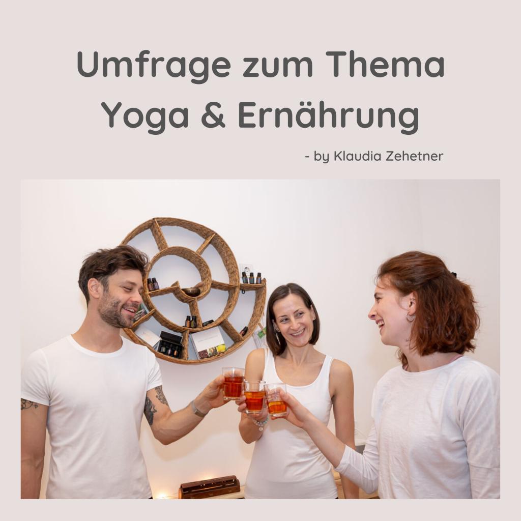 3 Yogalehrer*innen der Yogaria stehen im Yogaraum, trinken Tee und stossen gerade damit an, sie lächeln und unterhalten sich
