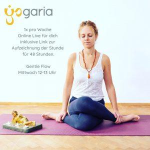 Magdalena sitzt mit geschlossenen Augen in meditativer Position, die Beine sind überkreuzt in der Position des Schnürsenkels