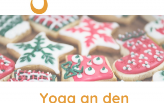 Weihnachtskekse im Zentrum des Bildes mit dem Yogaria Logo und der Bezeichnung