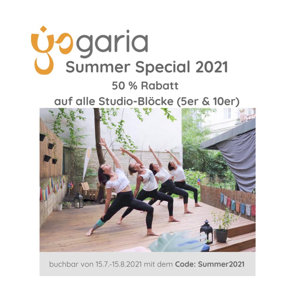 4 Yogalehrerinnen in der Haltung des Sanften Kriegers auf der Terrasse der Yogaria im Innenhof