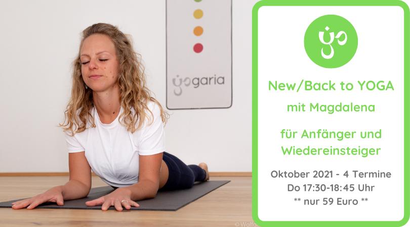 Magdalena in der Position Sphinks auf einer schwarzen Yogamatte vor dem Yogaria Logo