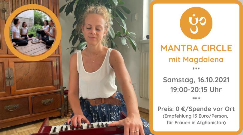 Magdalena sitzt an ihrem Harmonium und hat die Augen geschlossen, sie musiziert - in der linken oberen Ecke des Bildes befindet sich ein Kreis in dem eine Gruppe von Yogalehrerinnen zusammensitzt und Tee trinkt