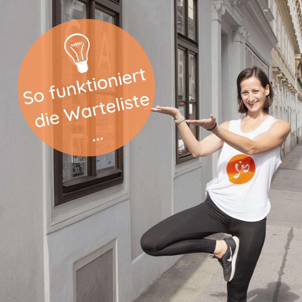 Klaudia steht auf der Straße vor der Yogaria und zeigt auf die Fenster, davor wurde ein orangener Ball eingezeichnet in dem sich der Text befindet